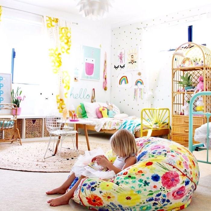 idee deco chambre montessori avec tapis en jonc de mer rond, lit à linge coloré, grand barbaron, murs décorés de dessins enfant, meubles tressés chambre enfant