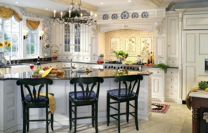 ilot de cuisine asymétrique, chaises noires, cnandelier vintage, fenêtres style vintage, cuisinière