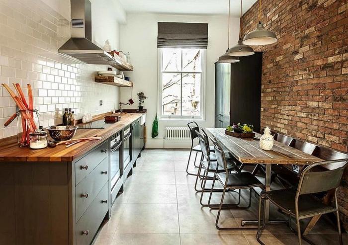 mur en briques, sol carreaux, hotte de cuisine, lampes suspendues industrielles, carreaux métro, cuisine style bistrot