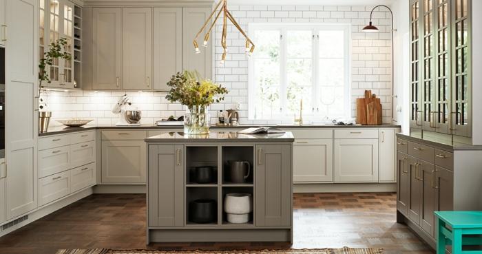cuisine bistrot, ilot de cuisine gris avec rangement, luminiare doré, crédence carreaux métro, armoires suspendues