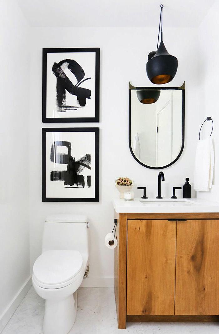 quelle peinture pour toilettes, jolie déco de toilettes en noir et blanc, meuble vasque bois, robinetterie noire, cadres peintures noir et blanc, wc blanc