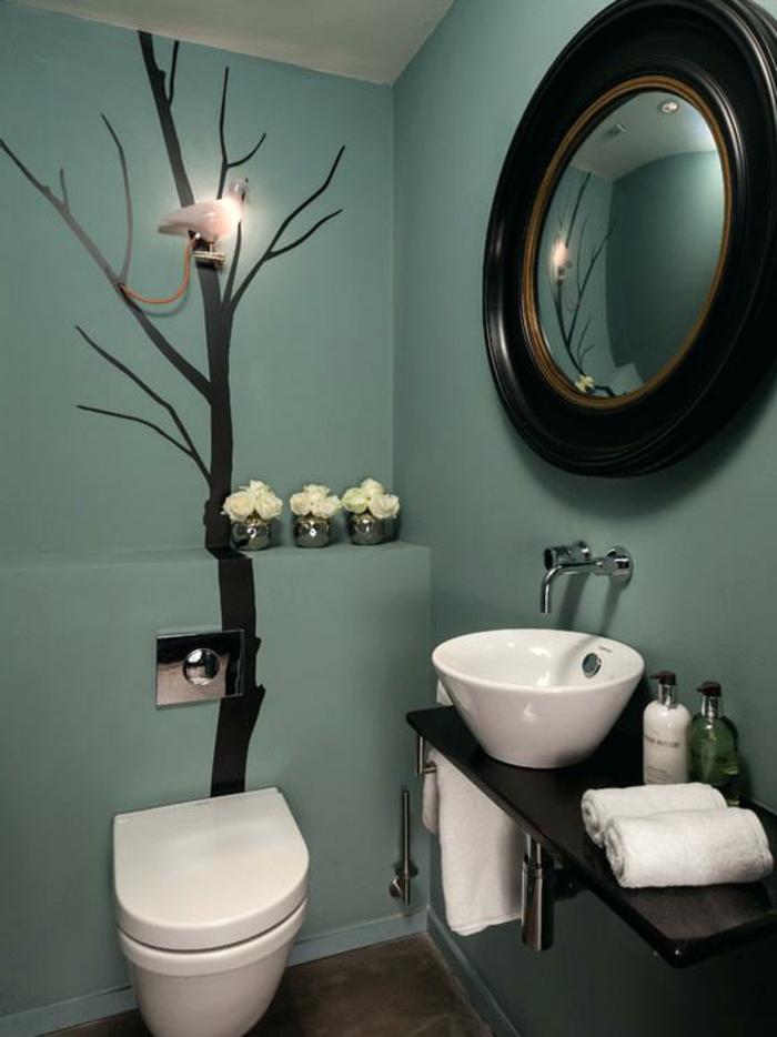 amenagement wc bleu noir et blanc, miroir rond cadre noir, vasque blanche, peinture pour toilette originale