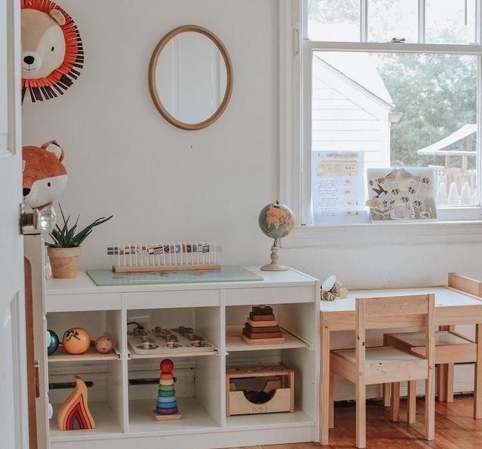 petite table et chaises de bois avec une étagère blanche à côté pour ranger jouets, murs blancs, parquet bois, deco motif renard