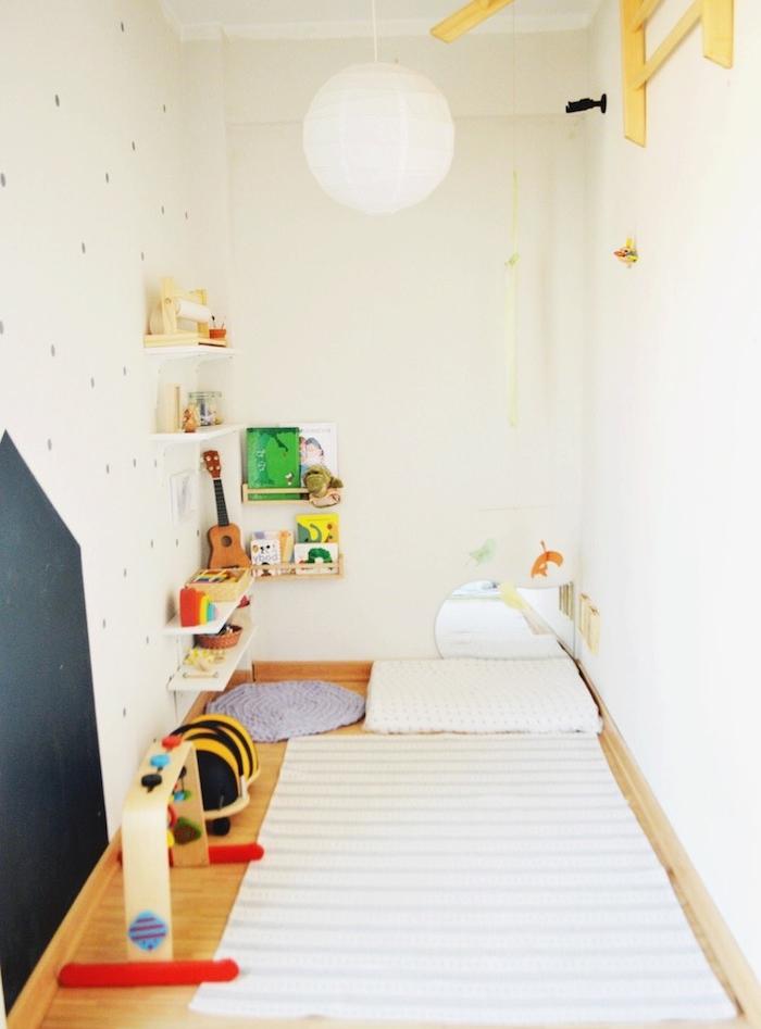 amenager une chambre en longueur, rangement chambre montessorienne avec matelas tapis d éveil et etageres bois basses