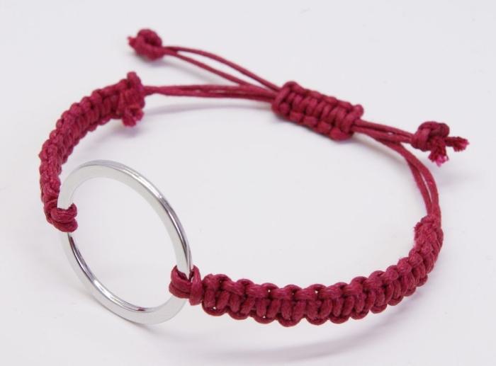 comment faire un bracelet, idée bijou en corde rouge macramé avec anneau, modèle de bracelet avec fermeture réglable
