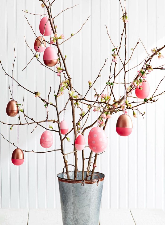 arbre décoré pour paques, oeufs roses pointillés, déco printanière à faire soi-même