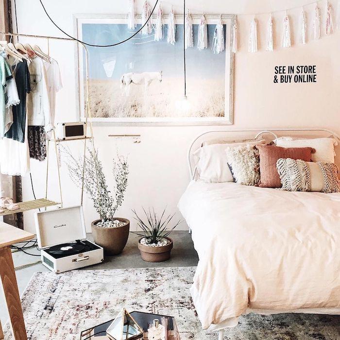 Belle deco chambre fille ado, chambre tumblr moderne idée déco de chambre blanche et rose, cool sticker sur le mur, rangement vetements ouvert