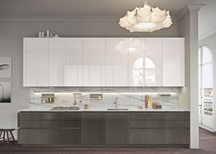 intérieur luxueux dans une cuisine aux murs gris clair avec meuble haut en blanc laqué et crédence marbre blanc