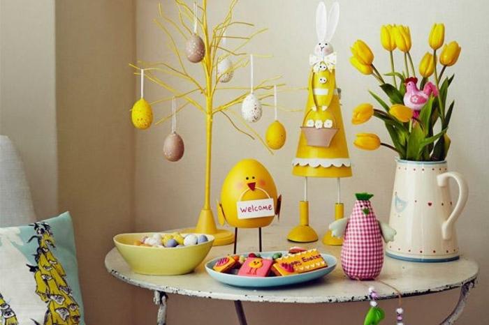 decoration de table en jaune avec objets vintage, arbre de pâques, petite table ovale