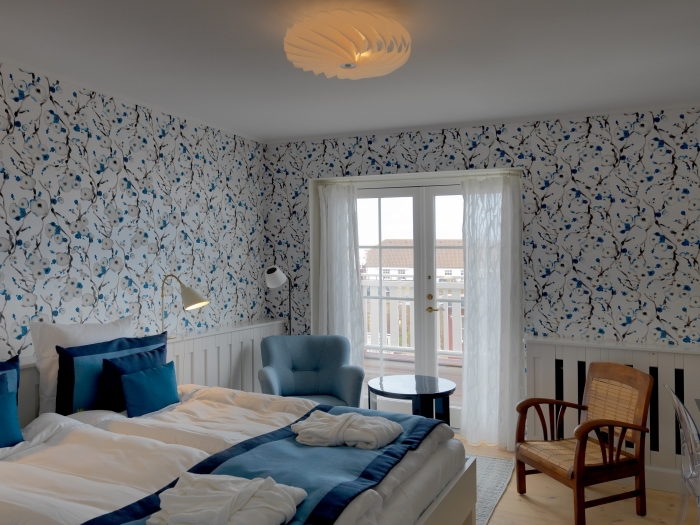 habillage mur intérieur bois, revêtement mural dans la chambre à coucher associant du papier peint vintage floral et boiserie mural posée en bas du mur