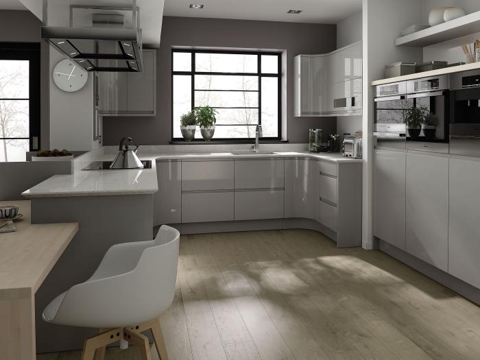 modele de cuisine moderne aux murs gris foncé, déco de cuisine avec armoires blanc laqué et gris au parquet bois