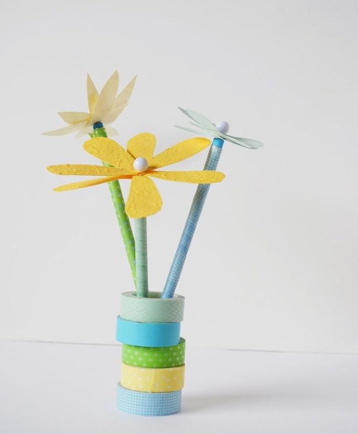 comment faire une fleur en pétales de papier et simple crayons dans un vase de washi tape, activité manuelle facile