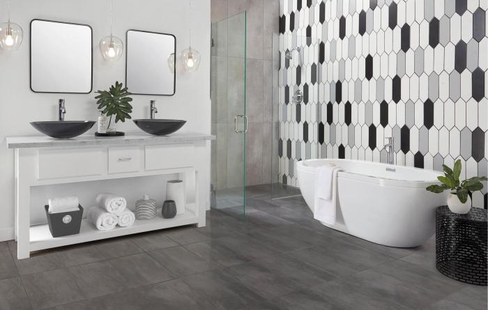 comment décorer une salle de bain gris et blanc, exemple de salle de bain avec baignoire autoportante et double vasque