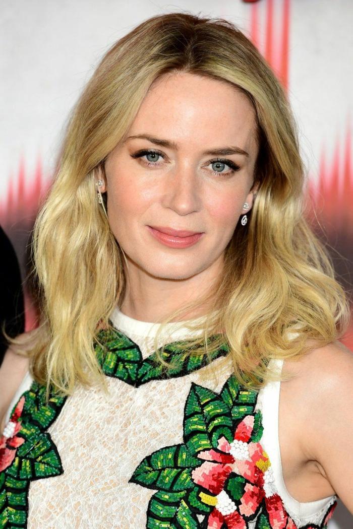 balayage blond sur brune, femme blonden yeux bleus, chemise beige, maquillage discret