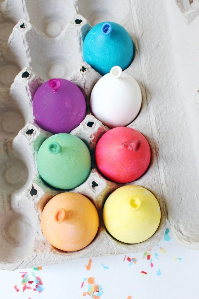 ballons en couleurs différentes, carton à oeufs, réaliser une décoration de paques soi-même