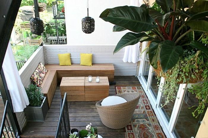 canapé d angle bois avec une table bois basse, parquet bois usé, garde corps en planches de bois blanchies, plantes suspendues, fauteuil rotin