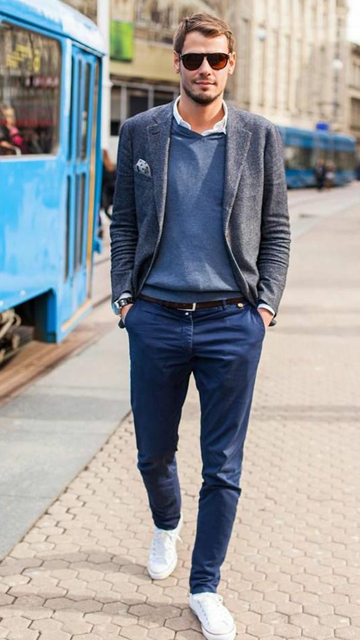 exemple de smart casual dress code avec pantalon bleu combiné avec chemise blanche et blouse bleu sous blazer gris