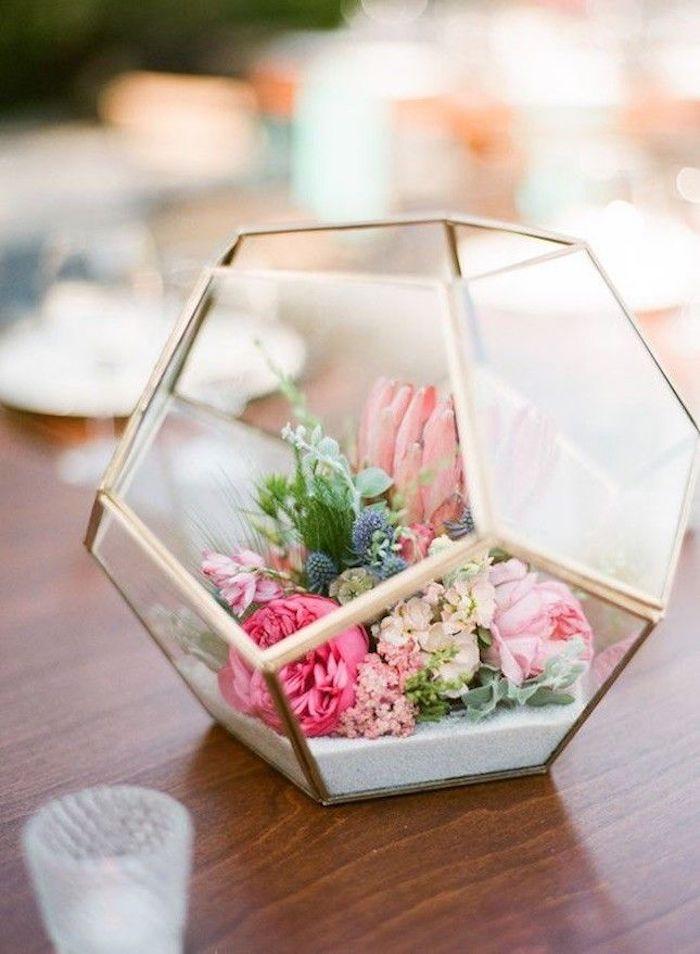 Vase hexagone en verre, moderne décoration de pâques, composition de fleurs de printemps, photo de paques, carte joyeuses pâques, image la beauté de printemps