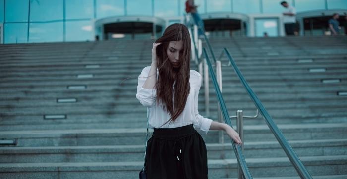cheveux longs de couleur marron, exemple effet de traitement à kératine, technique de lissage japonais ou brésilien