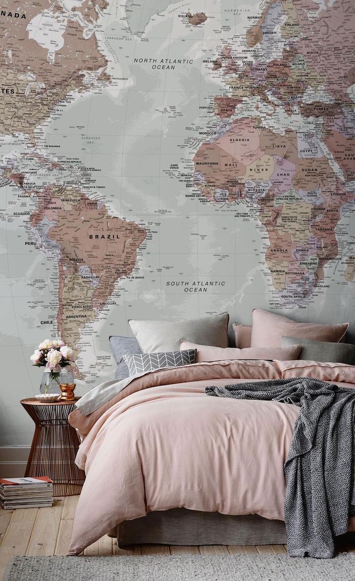 Chambre adulte deco inspiration, mur plan du monde, ligne rose et gris, voyage thème chambre tumblr idée comment la décorer