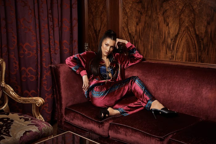 Photographie mode luxueuse, Versace X kith style de vêtements, tenue sportive chic, top survetement rouge bordeaux détails bleu et or