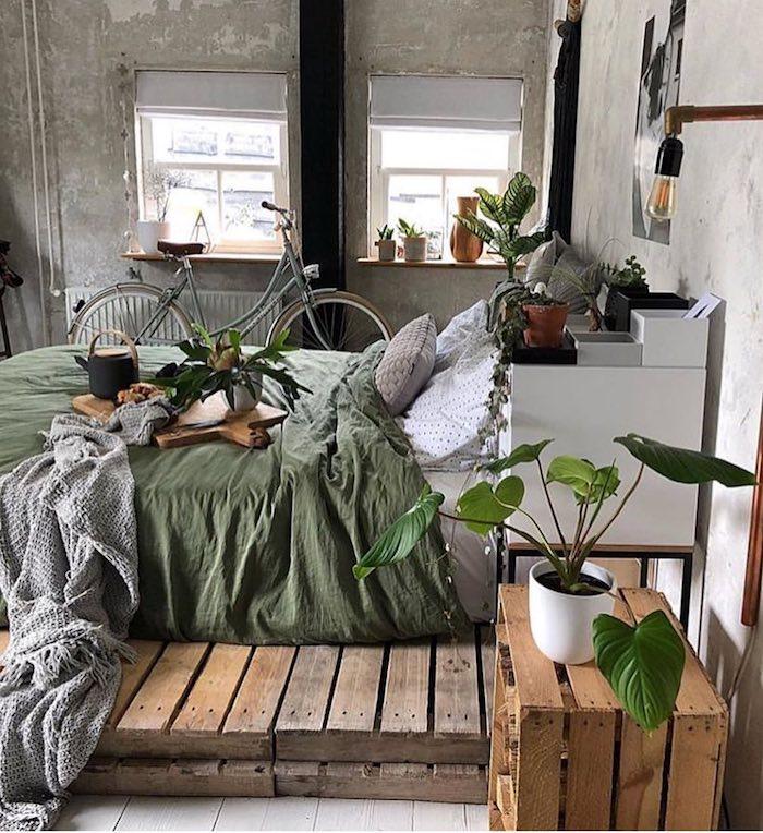 Décoration industrielle dans une chambre Tumblr parfait, photo de chambre style Tumblr, plantes vertes, endroit bicyclette, murs industriels sans peinture, table de chevet et lit en palettes