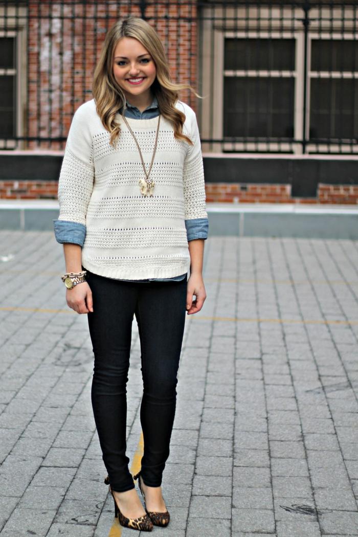 style vestimentaire femme look professionnel avec pantalon slim foncé combiné avec chemise jeans et pull oversize blanc