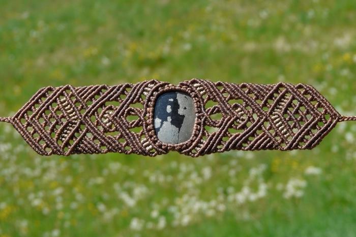 modèle de bijou fait main en corde marron, technique tressage pour faire des bijoux, modèle bracelet avec pierre