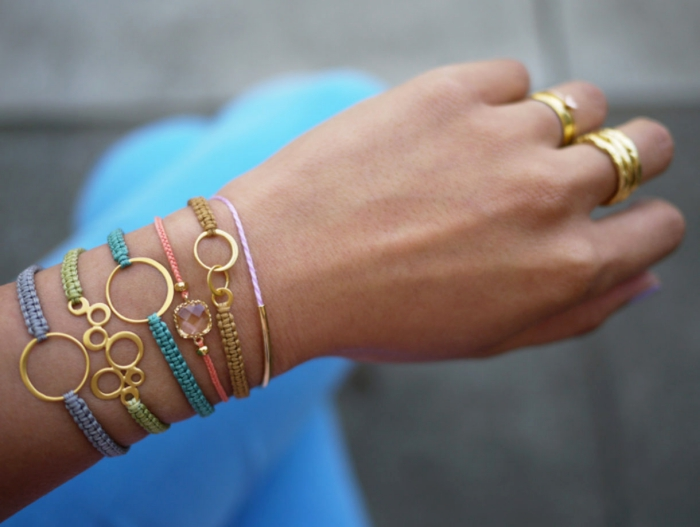 exemple de bracelet en macramé facile à faire soi-même, modèle de bracelet tressé en fil de soie avec ornements dorés