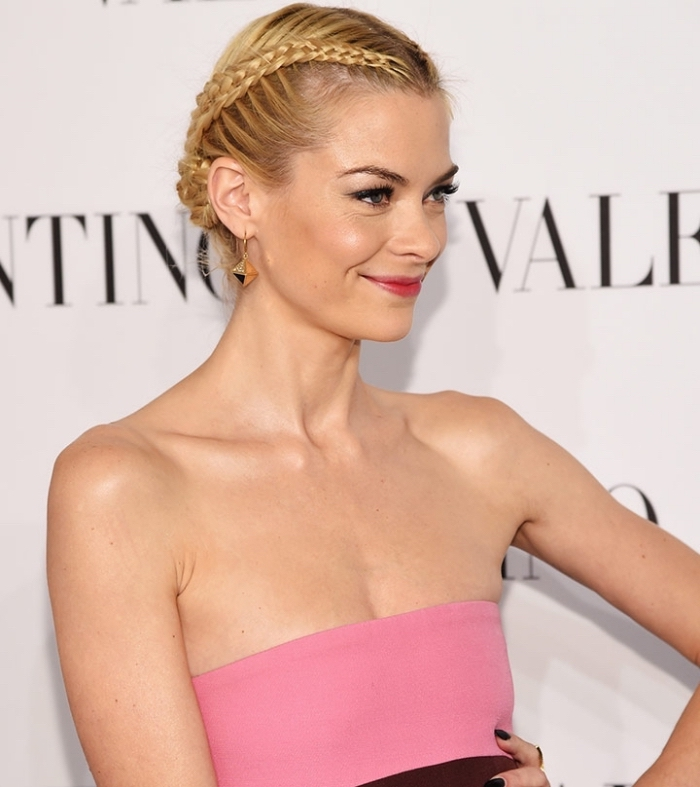 coiffure avec tresse de côté, idée coiffure romantique aux cheveux attachés en chignon avec tresse couronne, coiffure pour cheveux épais