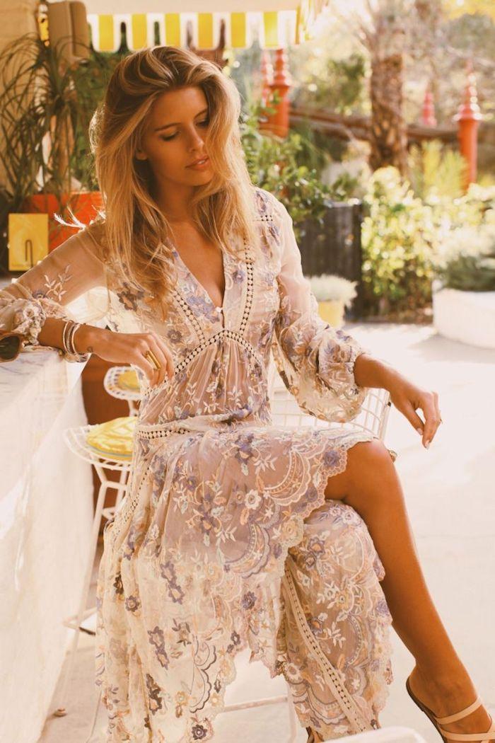 Magnifique robe longue boheme, robe bohème chic dentelle moderne style, femme cheveux blonds long, robe blanche fleurie crochet