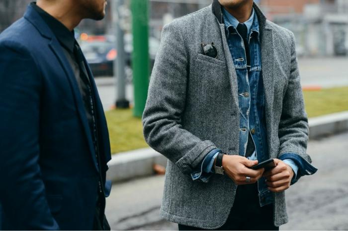 tendance de mode homme au travail, idée comment bien s'habiller avec chemise ou veste en denim sous manteau élégant