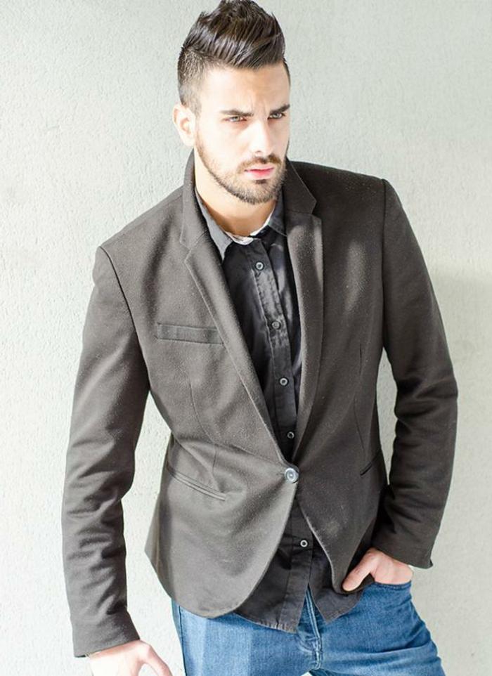 coiffure cheveux rasés de côté avec volume sur le haut pour homme, porter des jeans clairs slim avec blazer pour une tenue d affaires décontractée homme
