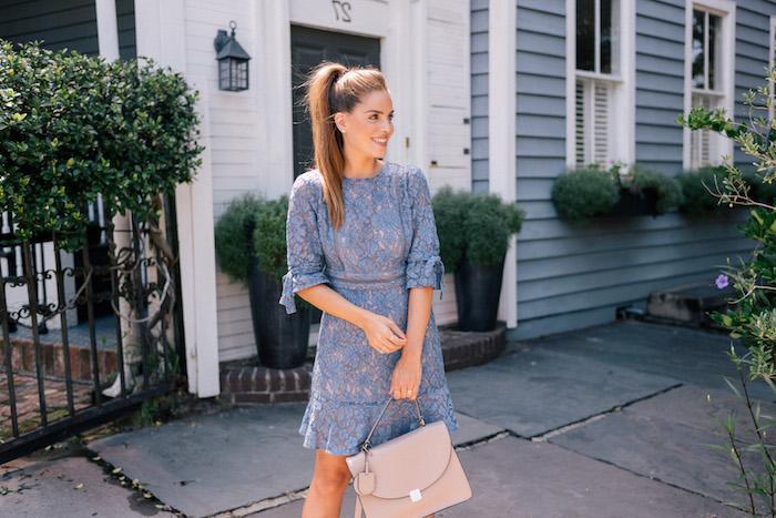 Magnifique idée comment s'habiller et comment accessoiriser une robe dentelle bleu, robe bohème chic en dentelle tendances actuelles