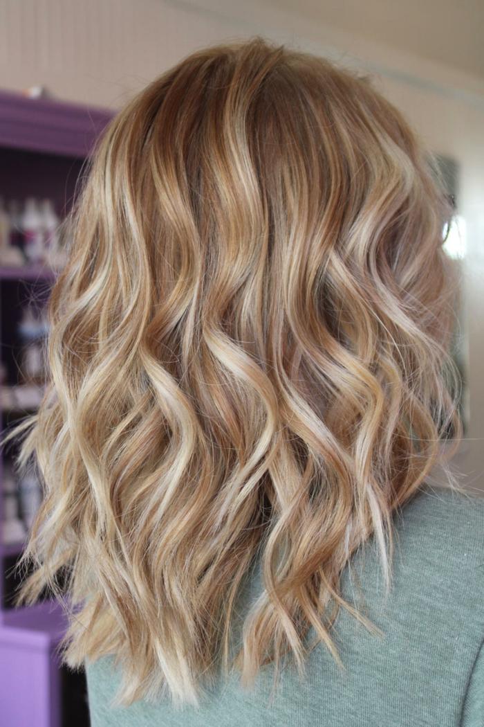 couleur cheveux blond miel, cheveux bouclés avec le lisseur, pull vert, longs cheveux