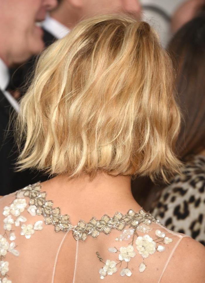 couleur des cheveux blond, carré wavy blond californien, dos chiffon aux ornements incrustés