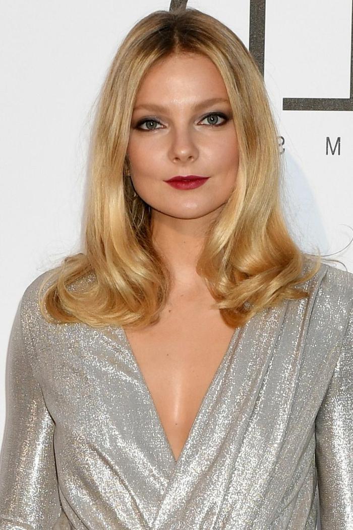 couleur blonde, robe gris clair pailletée, rouge à lèvres couleur vif, maquillage élégant
