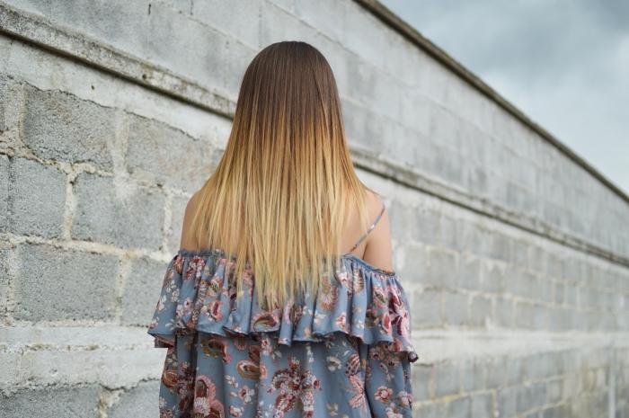 idée coloration tendance balayage blond sur cheveux de base châtain, modèle de coiffure aux cheveux lisses et longs, soin à la kératine