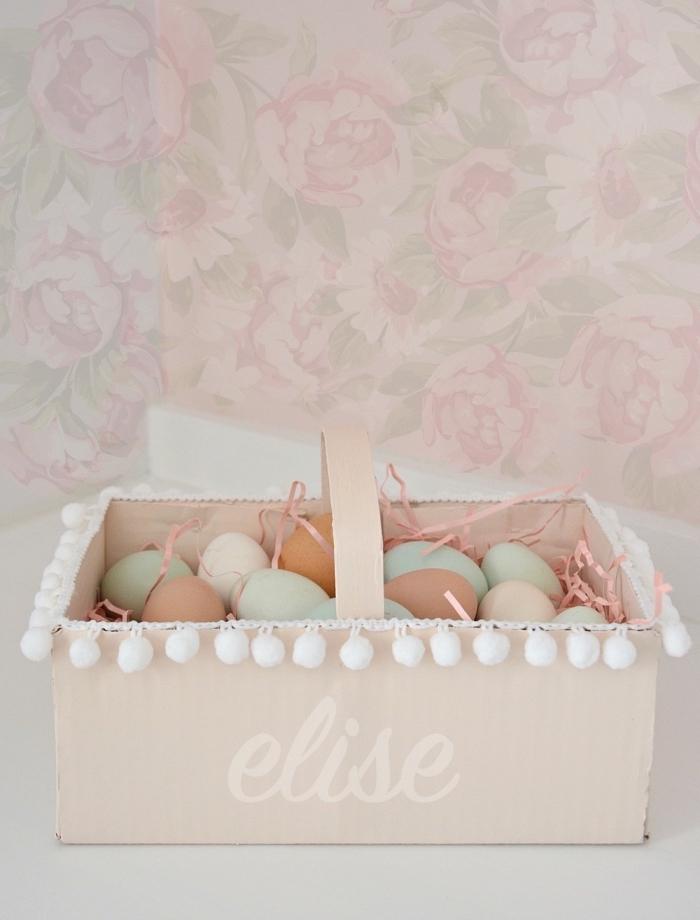 comment recycler une boîte en carton, diy panier pour oeufs décoré avec mini pompons, activité manuelle facile