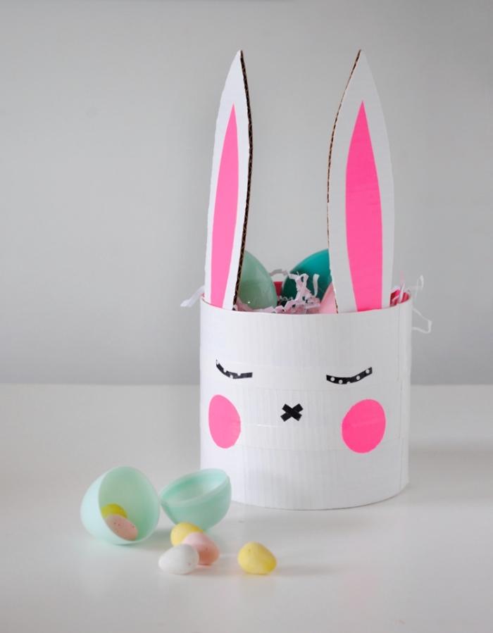 modèle de panier pour oeufs diy, fabriquer un panier en papier cartonné en forme visage de lapin, activité manuelle enfant