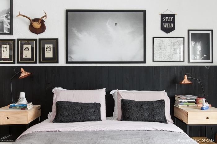 un soubassement en lambris repeint en gris foncé posé en guise de tête de lit dans une chambre à coucher vintage scandinave