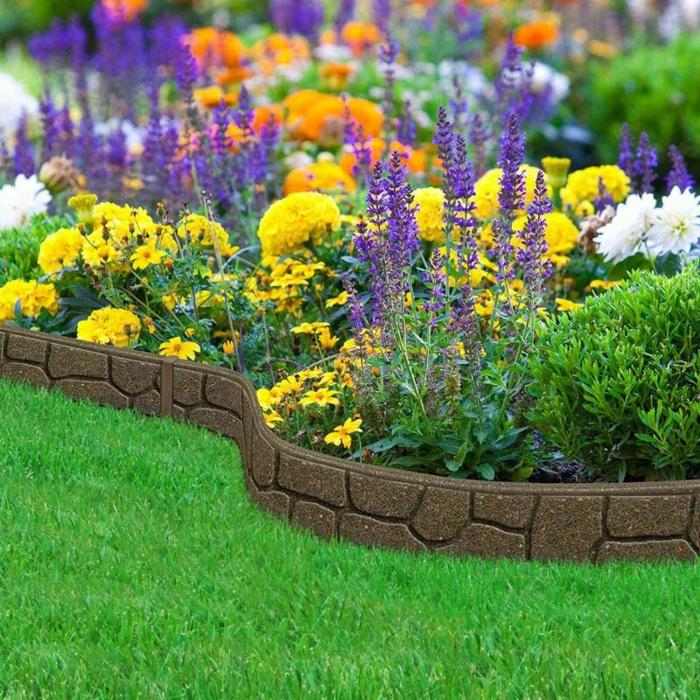 fleurs bleues et jaunes, oranges et blanches, massif fleurs joli, bordure de caoutchouk, pelouse verte
