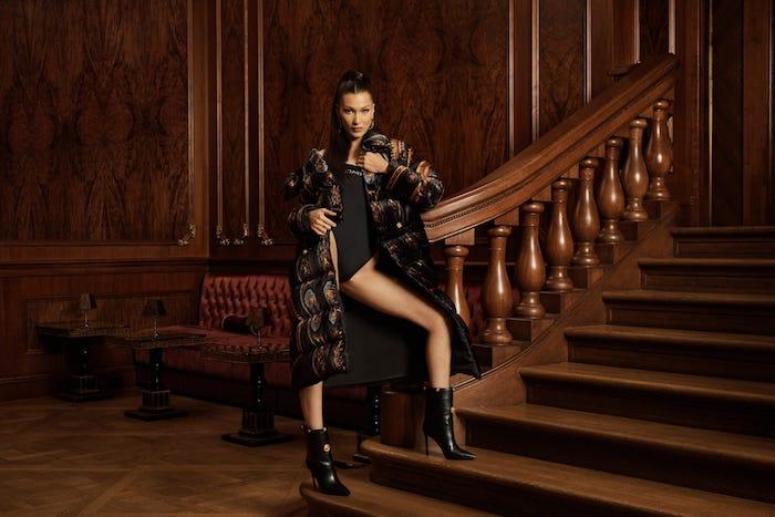 Vintage intérieur luxueux au style baroque, escalier massif bois, Bella Hadid tenue collaboration Versace x Kith