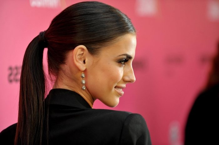 comment porter les cheveux épais en queue de cheval élégante, exemple de coiffure célébrité de Jessica Lowndes