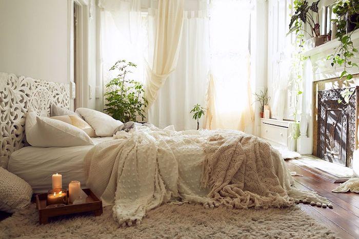 Simple idée chambre ado style tumblr, décoration cool avec bougies et plantes vertes, tapis shaggy, tete de lit blanche originale