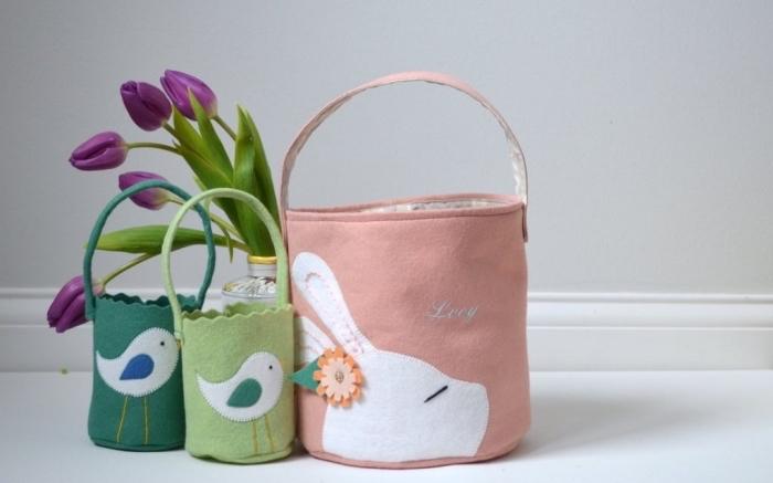 exemple décoration de paques à fabriquer, diy sac panier en tissu rose pastel avec silhouette lapin et petite fleur