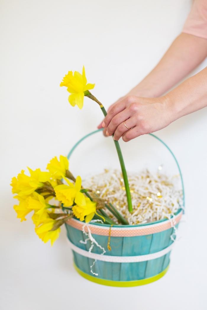 comment customiser un seau en bois ancien, diy activité manuelle pour pâques, panier bleu pastel avec fleurs