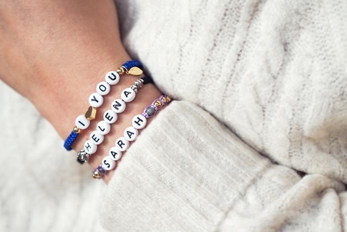 réaliser un bijou original avec la technique noeud macramé, modèle de bracelet en fil soie bleu avec lettres blanches