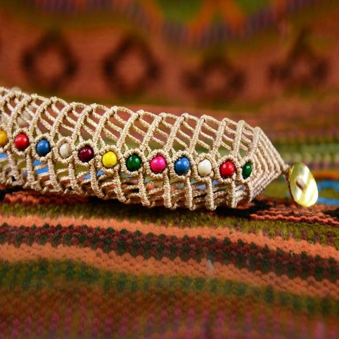 idée comment faire un bracelet tressé avec décoration en perles colorées, diy bracelet en noeuds macramé
