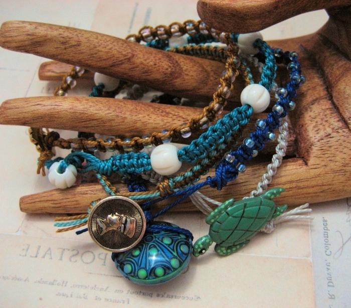 modèles de bracelet tibetain fait main, exemple de bijou tressé en corde bleue macramé avec décoration en perles blanches